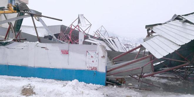 1 15 660x330 - Pazaryerinin çatısı çöktü
