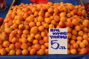 Pazar meyvelerle şenlendi